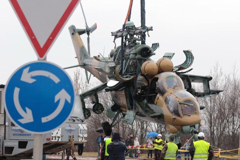 Szolnok, 2018. március 16. Egy hadrendbõl kivont Mi-24-es harci helikoptert helyeznek el az MH 86. Szolnok Helikopter Bázis szakemberei Szolnokon, a Debreceni út és a Kertész utca keresztezõdésében 2018. március 16-án. MTI Fotó: Mészáros János