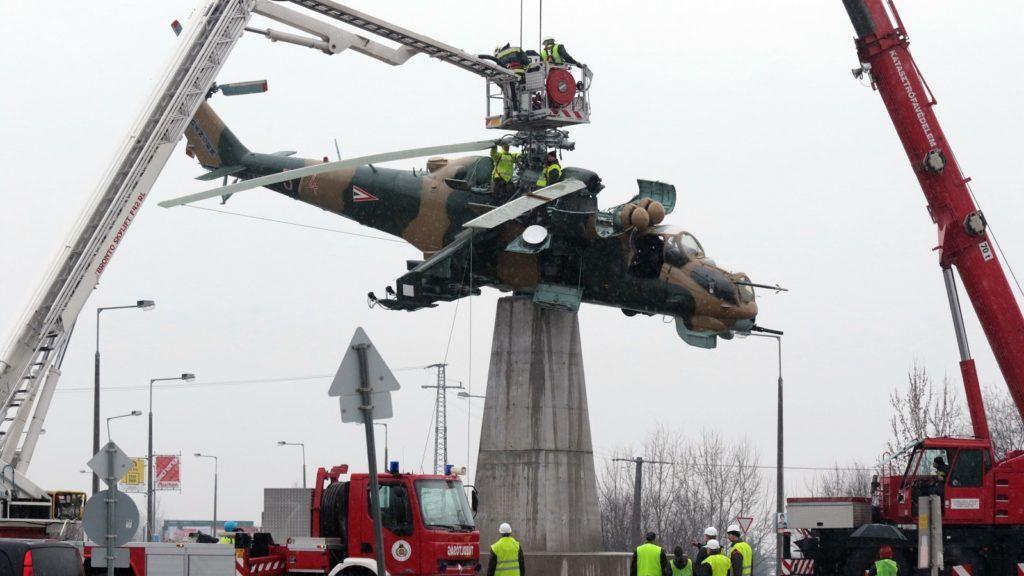 Mi-24 harci helikopter egy szolnoki körforgalomban
