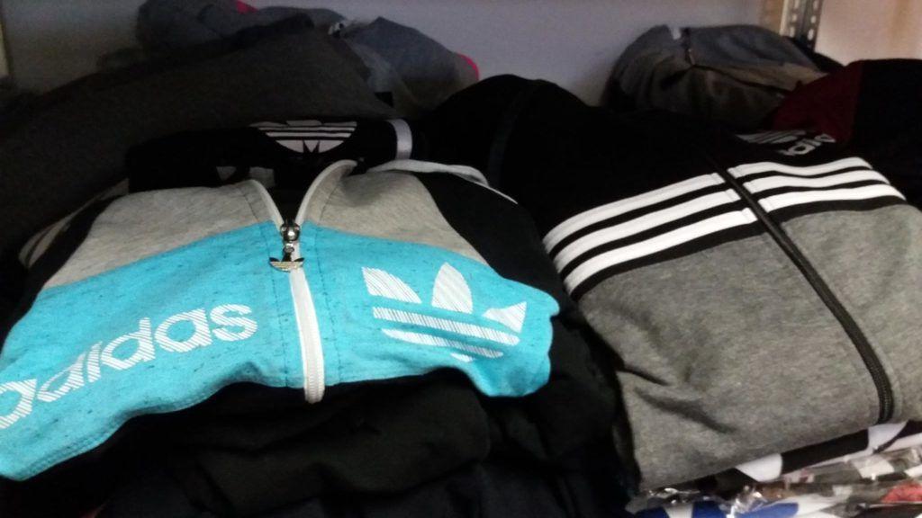 babbba16c7 A NAV lecsapott egy rakás hamis Adidas melegítőre, amiket a Facebookon  hirdettek