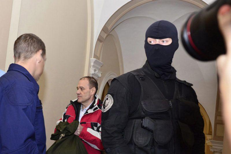 Budapest, 2016. október 13.Tarsoly Csaba vádlottat vezetik a tárgyalóterembe az ellene és társai ellen indított büntetőper tárgyalására a Fővárosi Törvényszéken 2016. október 13-án. Az ügyészség öt vádpontban 5458 rendbeli csalást és sikkasztást ró a vádlottak terhére. A Tarsoly Csabát, a Quaestor-cégcsoport volt elnök-vezérigazgatóját érintő cselekmények száma a vád szerint 753 rendbeli.MTI Fotó: Marjai János