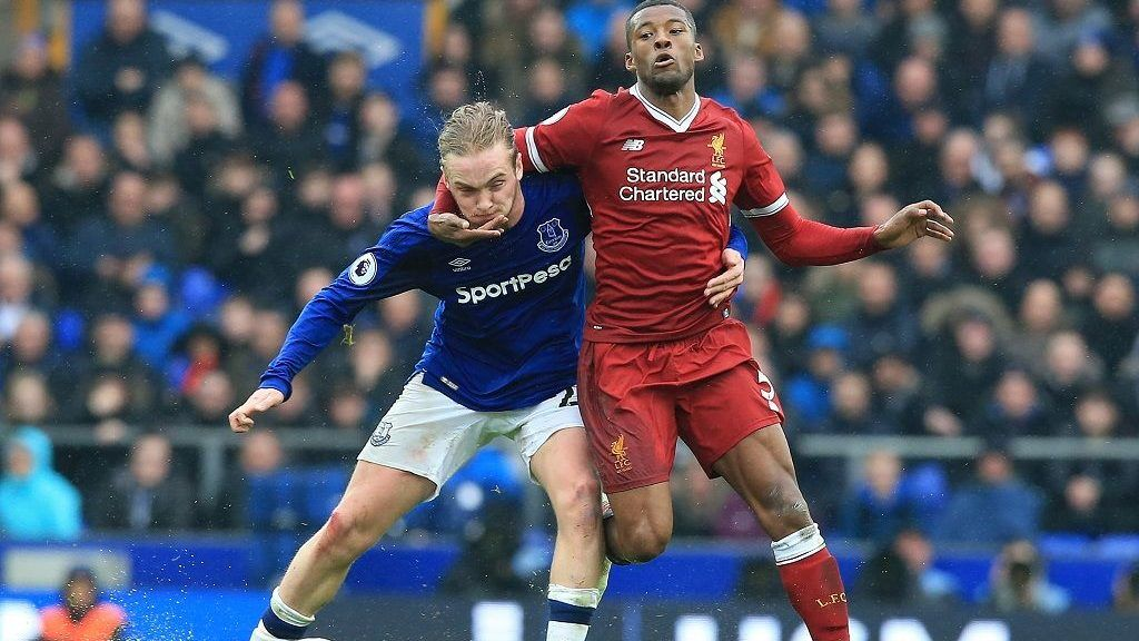 Everton's English midfielder Tom Davies (L) battles with Liverpool's Dutch midfielder Georginio Wijnaldum (R) during the English Premier League football match between Everton and Liverpool at Goodison Park in Liverpool, north west England on April 7, 2018. / AFP PHOTO / Lindsey PARNABY / RESTRICTED TO EDITORIAL USE. No use with unauthorized audio, video, data, fixture lists, club/league logos or 'live' services. Online in-match use limited to 75 images, no video emulation. No use in betting, games or single club/league/player publications.  /