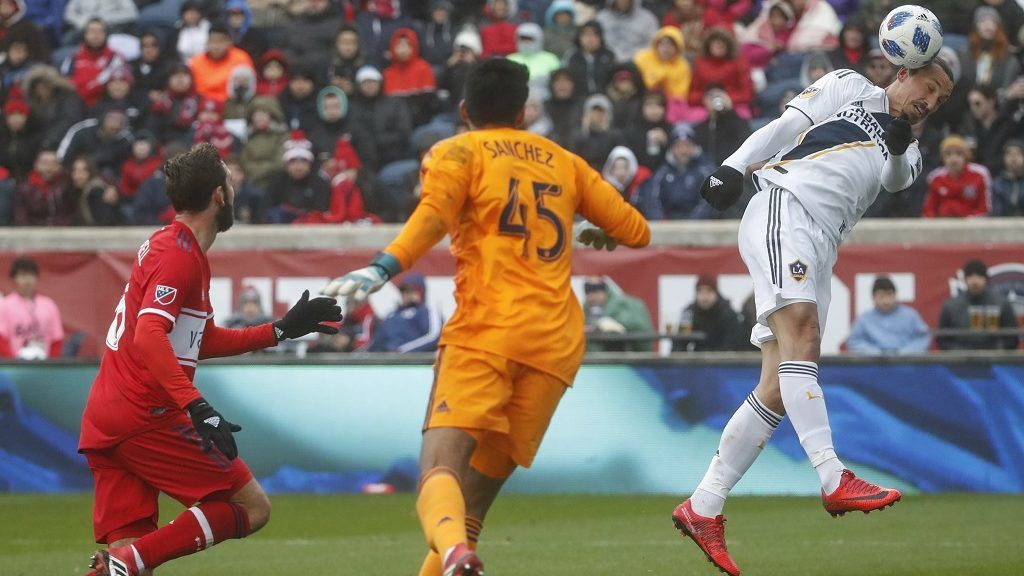 Zlatan Ibrahimovic (R) of Los Angeles Galaxy tries to score with header against Richard Sanchez (C) of Chicago Fire during the first half of a MLS soccer match on April 14, 2018 at the Toyota Park in Bridgeview, Illinois.  / AFP PHOTO / Kamil Krzaczynski