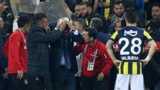 Besiktas head coach Senol Gunes (C) holds his head after being hit by an object during the Ziraat Turkish Cup semi final second leg football match between Fenerbahce and Besiktas on April 19, 2018 at Fenerbahce stadium in Istanbul.  Senol Gunes was hospitalized on April 19 after being hit by a object on the head during the second half of a cup match against Fenerbahce's rival team, a spectacular incident that prompted the referee to suspend the match.  / AFP PHOTO / STRINGER