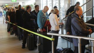 Passengers wait in a queue to change their ticket for another destination on April 15, 2010 at Amsterdam Schiphol Airport. Dutch airspace was being progressively closed to traffic on Thursday afternoon due to the ash cloud created by a volcano erupting in Iceland, air traffic control said. AFP PHOTO / ANP TOUSSAINT KLUITERS = netherlands out - belgium out / AFP PHOTO / ANP / TOUSSAINT KLUITERS