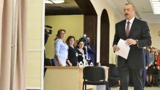 Baku, 2018. április 11. Ilham Aliyev szavaz az azerbajdzsáni elnökválasztáson Bakuban 2018. április 11-én. (MTI/AP/Aziz Karimov)