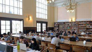 Debrecen, 2016. április 6. Egyetemi hallgatók tanulnak a 100 éves Debreceni Egyetem Egyetemi és Nemzeti Könyvtár olvasótermében. Az egyetem központi épületében található könyvtárban 30 ezer, biztonsági rendszerrel õrzött, nem kölcsönözhetõ antik kötet, közöttük 17 õsnyomtatvány található. MTVA/Bizományosi: Oláh Tibor  *************************** Kedves Felhasználó! Ez a fotó nem a Duna Médiaszolgáltató Zrt./MTI által készített és kiadott fényképfelvétel, így harmadik személy által támasztott bárminemû – különösen szerzõi jogi, szomszédos jogi és személyiségi jogi – igényért a fotó készítõje közvetlenül maga áll helyt, az MTVA felelõssége e körben kizárt.