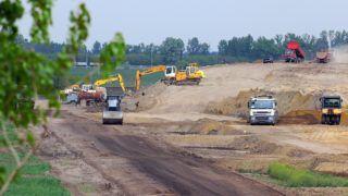 Debrecen, 2017. április 27. A NIF (Nemzeti Infrastruktúra Fejlesztõ) Zrt. beruházásában és a COLAS Hungaria Zrt. kivitelezésével végzik az M35 autópálya kivitelezésének elsõ, 5,5 kilométer hosszúságú szakaszát a 4-es számú fõút és a repülõtéri csomópont között. Az M35-ös folytatásával párhuzamosan megépítenék az M4-es sztrádát Berettyóújfalu és Nagykereki között, így még ebben a ciklusban létrejön a gyorsforgalmi összeköttetés Debrecen és az országhatár között. MTVA/Bizományosi: Oláh Tibor  *************************** Kedves Felhasználó! Ez a fotó nem a Duna Médiaszolgáltató Zrt./MTI által készített és kiadott fényképfelvétel, így harmadik személy által támasztott bárminemû – különösen szerzõi jogi, szomszédos jogi és személyiségi jogi – igényért a fotó készítõje közvetlenül maga áll helyt, az MTVA felelõssége e körben kizárt.