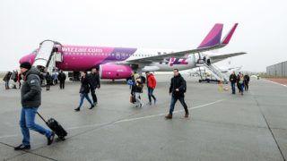 Debrecen, 2017. december 23.December 23-án a WIZZAIR W67852 járata Airbus 320-as gépével 178 személyt hozott Londonból. Az elmúlt évhez mérten tizenegy százalékkal nőtt a Debreceni Repülőtér utasforgalma, ami 2017 végére meghaladta a 320.000-et.MTVA/Bizományosi: Oláh Tibor ***************************Kedves Felhasználó!Ez a fotó nem a Duna Médiaszolgáltató Zrt./MTI által készített és kiadott fényképfelvétel, így harmadik személy által támasztott bárminemű – különösen szerzői jogi, szomszédos jogi és személyiségi jogi – igényért a fotó készítője közvetlenül maga áll helyt, az MTVA felelőssége e körben kizárt.