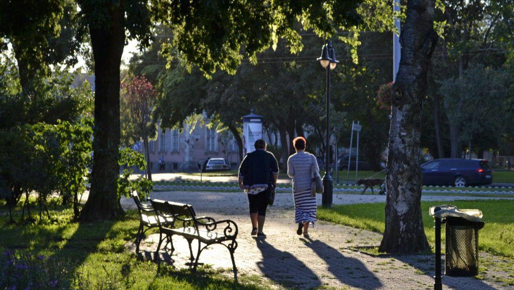 Budapest, 2014. augusztus 27. Két hölgy sétál a fõváros X. kerületében, a Szent László téri parkban a késõ délutáni napsütésben. MTVA/Bizományosi: Róka László  *************************** Kedves Felhasználó! Az Ön által most kiválasztott fénykép nem képezi az MTI fotókiadásának, valamint az MTVA fotóarchívumának szerves részét. A kép tartalmáért és a szövegért a fotó készítõje vállalja a felelõsséget.