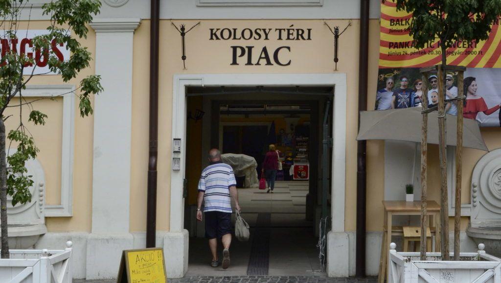Budapest, 2016. június 4. A felújított Kolosy téri piac bejárata a fõváros III. kerületében, Óbudán. MTVA/Bizományosi: Róka László  *************************** Kedves Felhasználó! Ez a fotó nem a Duna Médiaszolgáltató Zrt./MTI által készített és kiadott fényképfelvétel, így harmadik személy által támasztott bárminemû – különösen szerzõi jogi, szomszédos jogi és személyiségi jogi – igényért a fotó készítõje közvetlenül maga áll helyt, az MTVA felelõssége e körben kizárt.