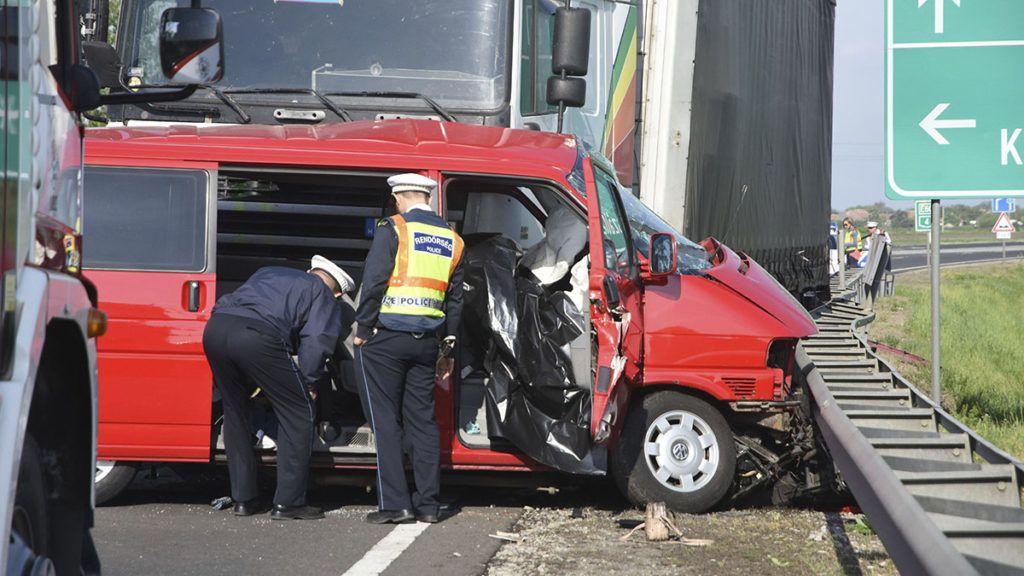 Kisújszállás, 2018. április 27.Rendőrök helyszínelnek a 4-es úton, Kisújszállás határában, ahol kamion és mikrobusz ütközött 2018. április 27-én. A balesetben két ember életét vesztette.MTI Fotó: Mészáros János