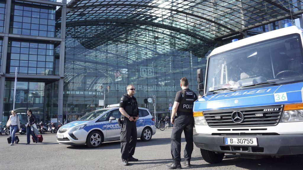 Berlin, 2018. április 20. Rendõrök a berlini Fõpályaudvar elõtt 2018. április 20-án, miután fel nem robbant II. világháborús bombát találtak a közelben. A környezõ utcákat lezárták, az ott lévõ épületeket pedig kiürítették. (MTI/AP/Michael Sohn)