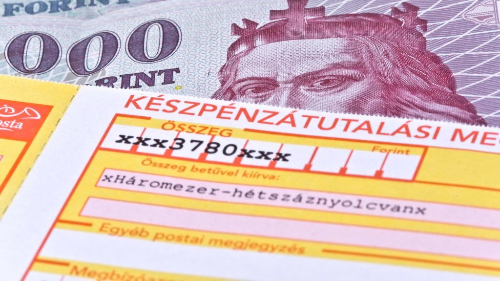 """Budapest, 2013. november 27. Fotómontázs a """"sárga csekk"""" - készpénzátutalási megbízás - illusztrálására. MTVA/Bizományosi: Faludi Imre  *************************** Kedves Felhasználó! Az Ön által most kiválasztott fénykép nem képezi az MTI fotókiadásának, valamint az MTVA fotóarchívumának szerves részét. A kép tartalmáért és a szövegért a fotó készítõje vállalja a felelõsséget."""