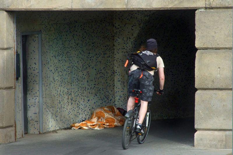 Budapest, 2016. május 5.Kerékpáros halad el a Széchenyi Lánchíd gyalogos és kerékpáros átkelő alagútjának bejáratánál, ahol egy hajléktalan telepedett le.MTVA/Bizományosi: Jászai Csaba ***************************Kedves Felhasználó!Ez a fotó nem a Duna Médiaszolgáltató Zrt./MTI által készített és kiadott fényképfelvétel, így harmadik személy által támasztott bárminemű – különösen szerzői jogi, szomszédos jogi és személyiségi jogi – igényért a fotó készítője közvetlenül maga áll helyt, az MTVA felelőssége e körben kizárt.