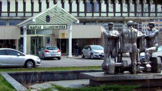Budapest, 2017. március 20.A Magyar Államkincstár XIII. kerületi épülete a Váci út 69-ben. A bejárattal szemben áll Kiss István szobrászművész 1982-ben készült Munkások című alkotása.MTVA/Bizományosi: Jászai Csaba ***************************Kedves Felhasználó!Ez a fotó nem a Duna Médiaszolgáltató Zrt./MTI által készített és kiadott fényképfelvétel, így harmadik személy által támasztott bárminemű – különösen szerzői jogi, szomszédos jogi és személyiségi jogi – igényért a fotó készítője közvetlenül maga áll helyt, az MTVA felelőssége e körben kizárt.