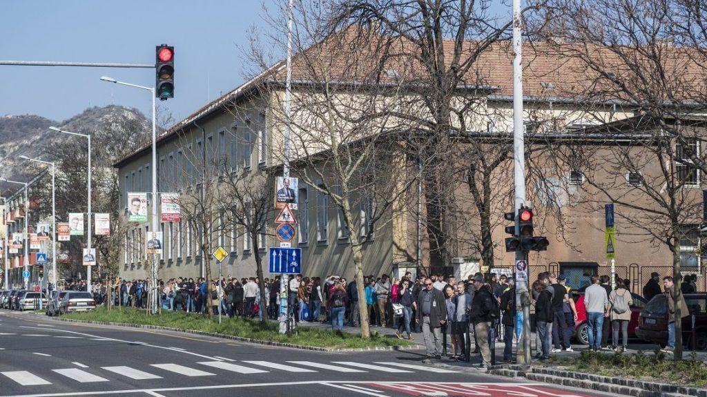 Budapest, 2018. április 8. Szavazásra várakozók Újbudán, a Bocskai István Általános Iskolánál 2018. április 8-án. Az országban itt a legmagasabb, 10 764 a szavazásra átjelentkezõk száma. MTI Fotó: Mónus Márton