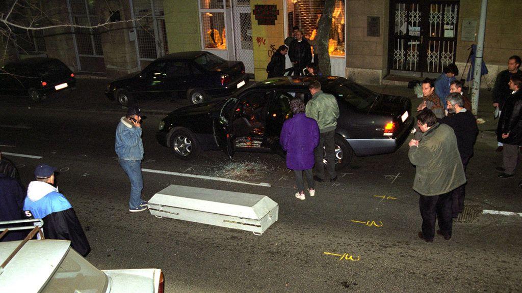 Budapest, 1998. február 11.Fenyő János, a VICO Rt. elnök-vezérigazgatójának autója, akit február 11-én délután lelőttek Budapesten, a II. kerületi Margit utcában.MTI Fotó: Mihádák Zoltán