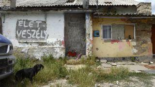Tatabánya, 2014. június 20.Lakóépületek Tatabánya mésztelepi városrészében 2014. június 20-án. Ezen a napon Czibere Károly, az Emberi Erőforrások Minisztériuma (Emmi) szociális ügyekért és társadalmi felzárkózásért felelős államtitkára látogatást tett az ezerkétszáz lakosú Mésztelepen.MTI Fotó: Kovács Tamás