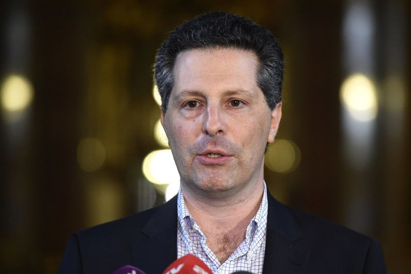 Budapest, 2016. június 13.Schiffer András, az LMP társelnöke, a párt távozó frakcióvezetője sajtótájékoztatót tart a Parlamentben 2016. június 13-án. Parlamenti munkája lezárásakor sikerélménynek tartja Schiffer azon általa kezdeményezett határozati javaslat elfogadását, amely alapján Magyarország nem fogadja el, hogy az egyes szabadkereskedelmi egyezmények a nemzeti parlamentek beleegyezése nélkül akár ideiglenesen is hatályba lépjenek.MTI Fotó: Kovács Tamás