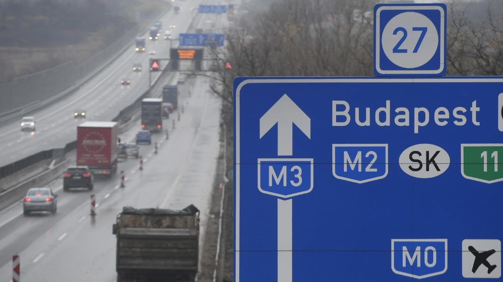 Gödöllõ, 2017. november 21. Munkavégzés miatt sávlezárás az M3-as autópálya fõváros felé vezetõ oldalán Gödöllõnél 2017. november 21-én. MTI Fotó: Kovács Tamás