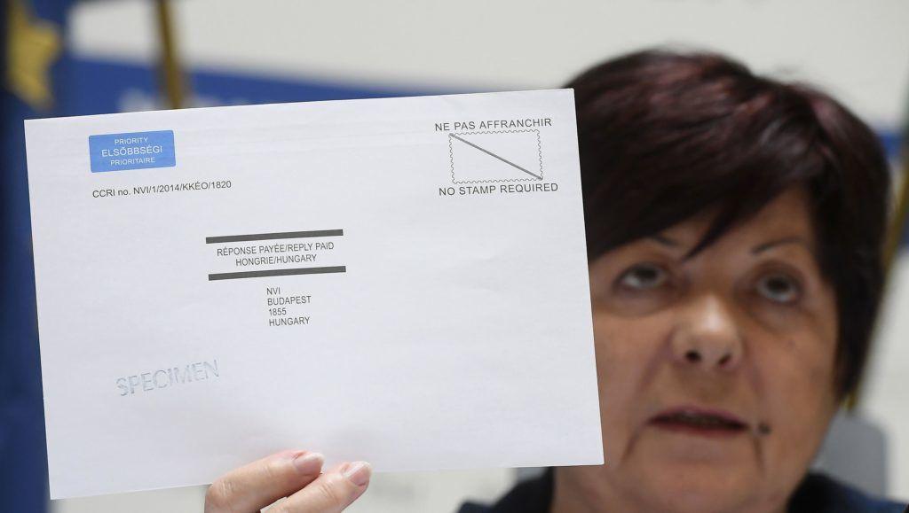 Budapest, 2018. április 3.Pálffy Ilona, a Nemzeti Választási Iroda elnöke egy levélszavazati borítékot mutat az iroda budapesti központjában tartott sajtótájékoztatón 2018. április 3-án. Ezen a napon megkezdődött a külföldről érkezett levélszavazatok azonosító nyilatkozatainak feldolgozása.MTI Fotó: Kovács Tamás