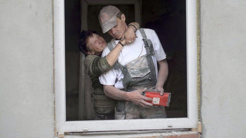 Budapest, 2014. május 9.Andrea és élettársa, Zoltán áll leendő, X. kerületi otthonukban, egy kőbányai szociális bérlakásban 2014. május 9-én, amelyet a Habitat for Humanity Magyarország, A Város Mindenkié (AVM) csoport és a Kőbányai Önkormányzat közös, Elsőként lakhatást elnevezésű kísérleti programjában civilek újítanak fel. Andrea és Zoltán 8 éve él a Terebes utcai erdőben egy saját maguk építette kunyhóban.MTI Fotó: Kallos Bea