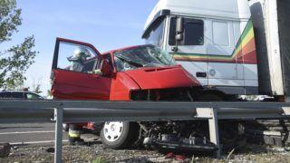 Kisújszállás, 2018. április 27. Sérült kamion és mikrobusz, miután összeütköztek a 4-es úton, Kisújszállás határában 2018. április 27-én. A balesetben két ember életét vesztette. MTI Fotó: Mészáros János