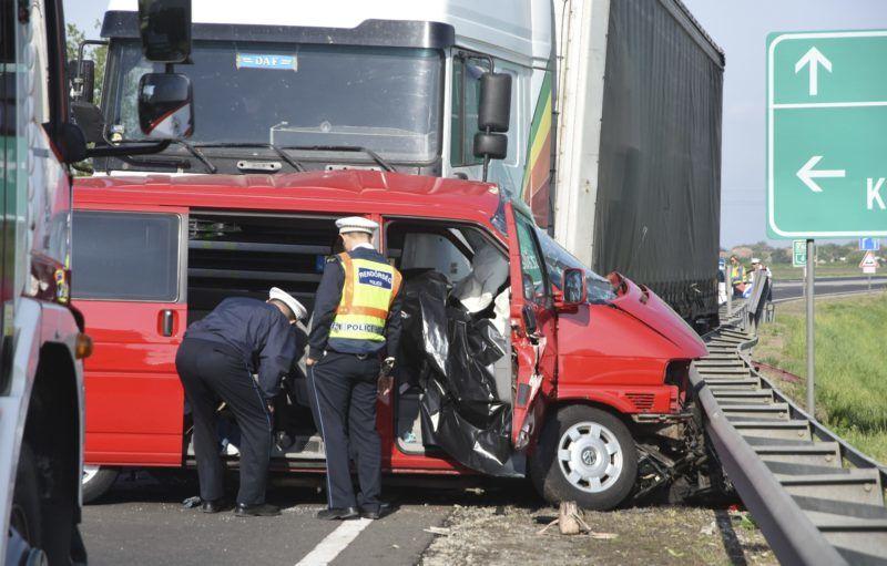 Kisújszállás, 2018. április 27. Rendõrök helyszínelnek a 4-es úton, Kisújszállás határában, ahol kamion és mikrobusz ütközött 2018. április 27-én. A balesetben két ember életét vesztette. MTI Fotó: Mészáros János