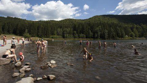 Tusnádfürdõ, 2013. augusztus 7. Strandolók a Tusnádfürdõ közelében lévõ Szent Anna-tónál 2013. augusztus 7-én. MTI Fotó: Varga György