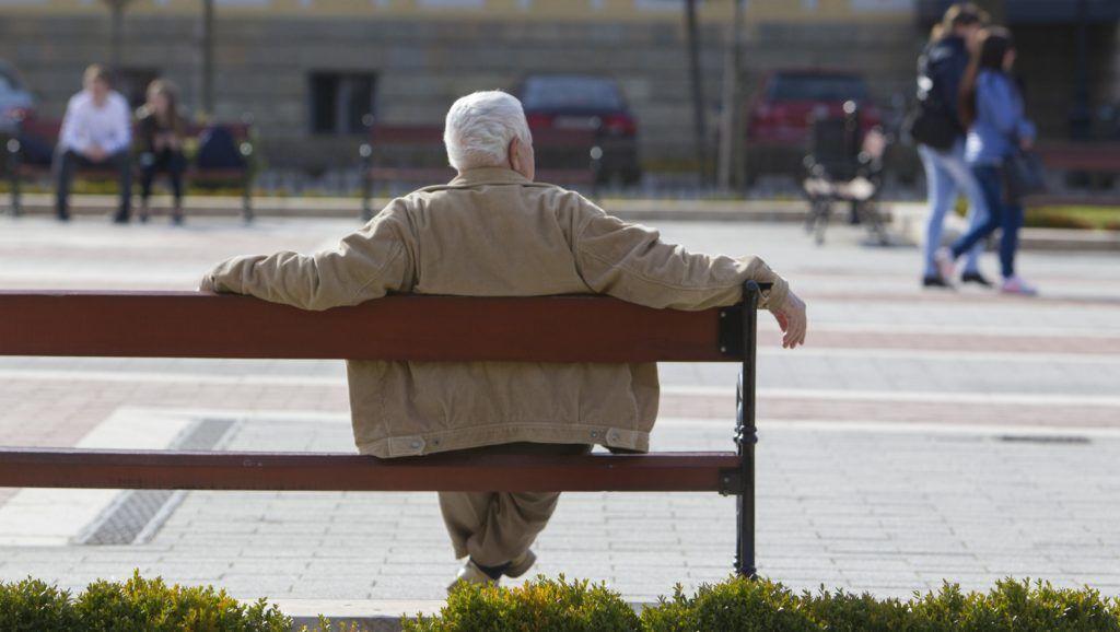 Nagykanizsa, 2017. március 21.  Idõs férfi ül egy padon a tavaszias idõben Nagykanizsán, az Erzsébet téren 2017. március 21-én.  MTI Fotó: Varga György