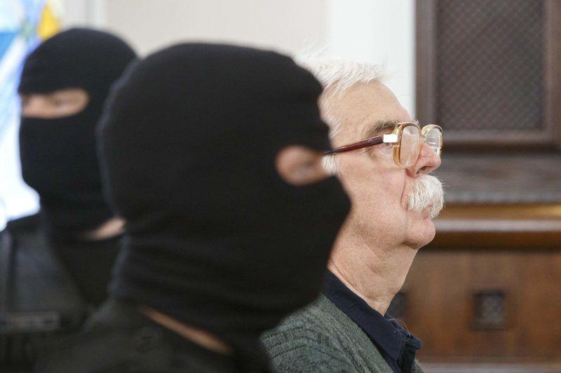 Szombathely, 2018. április 25.A bőnyi rendőrgyilkossággal vádolt Győrkös István a büntetőper tárgyalásának első napján a Szombathelyi Törvényszéken 2018. április 25-én. A vádirat szerint Győrkös István bőnyi lakásán a Készenléti Rendőrség hatósági engedély nélkül tartott lőfegyverek gyanúja miatt tartott házkutatást 2016. október 26-án. A vádlott három lövésből álló sorozatot adott le egy 46 éves rendőrre, az egyik lövedék az áldozat fejét érte, aki ebbe a sérülésbe belehalt.MTI Fotó: Varga György