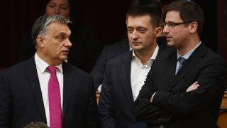 Budapest, 2017. december 11. Orbán Viktor miniszterelnök, Rogán Antal, a Miniszterelnöki Kabinetirodát vezetõ miniszter és Gulyás Gergely, a Fidesz frakcióvezetõje (b-j) az Országgyûlés plenáris ülésén 2017. december 11-én. MTI Fotó: Illyés Tibor