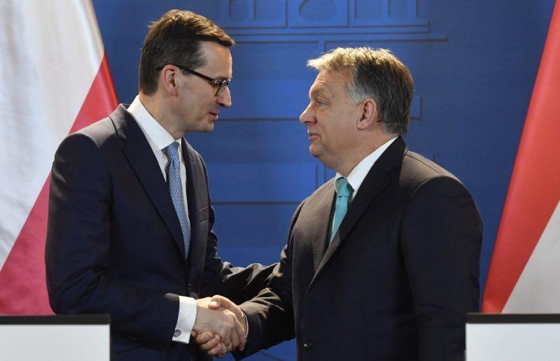 Budapest, 2018. január 3. Orbán Viktor miniszterelnök (j) és Mateusz Morawiecki lengyel kormányfõ kezet fog a tárgyalásukat követõen tartott sajtótájékoztatón az Országházban 2018. január 3-án. A december 11-én hivatalba lépett új lengyel miniszterelnök elsõ hivatalos külföldi kétoldalú látogatására érkezett Magyarországra. MTI Fotó: Illyés Tibor