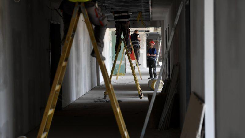 Budapest, 2018. április 18. Munkások dolgoznak az épülõ új Illovszky Rudolf Stadion, a Vasas FC labdarúgócsapatának otthona építkezésén a XIII. kerületi Fáy utcában 2018. április 18-án. A kormány által biztosított pluszforrásokkal az eredeti tervekhez képest hat-hét hónappal késõbb, idén adják át az angyalföldi csapat új stadionját, amelynek befogadóképessége 5150 fõ lesz. MTI Fotó: Illyés Tibor
