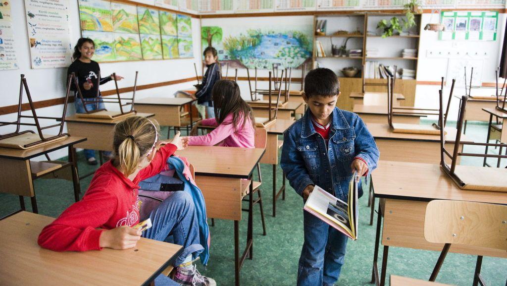 Paszab, 2010. június 8. A harmadik osztályos Bódi Szabolcs könyvet olvas egy tanóra elõtt a paszabi Turi Sándor Általános Iskola osztálytermében 2010. május 28-án. A településen az esélyegyenlõséget szolgáló intézkedéseket támogató kormányzati program támogatásával valósult meg a hátrányos helyzetû tanulók integrációs és képesség-kibontakoztató felkészítésének pedagógia programja, amelynek egyik legfontosabb eleme a szülõkkel való kapcsolattartás erõsítése. Raduj István, a Nemzeti Erõforrás Minisztérium cigány származású vezetõ tanácsosa szülõi értekezleteken találkozik a gyerekek szüleivel, akikkel az iskolába járatás alapvetõ szabályaitól a pedagógusokkal való kapcsolattartásig több témakört beszélnek végig. MTI Fotó: Balázs Attila