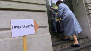 Szabadka, 2016. szeptember 19.Levélszavazatát leadni készülő nő érkezik a szabadkai magyar főkonzulátusra 2016. szeptember 19-én. A magyarországi lakcímmel nem rendelkező választópolgárok ettől a naptól adhatják le levélszavazataikat a külképviseleteken.MTI Fotó: Molnár Edvárd