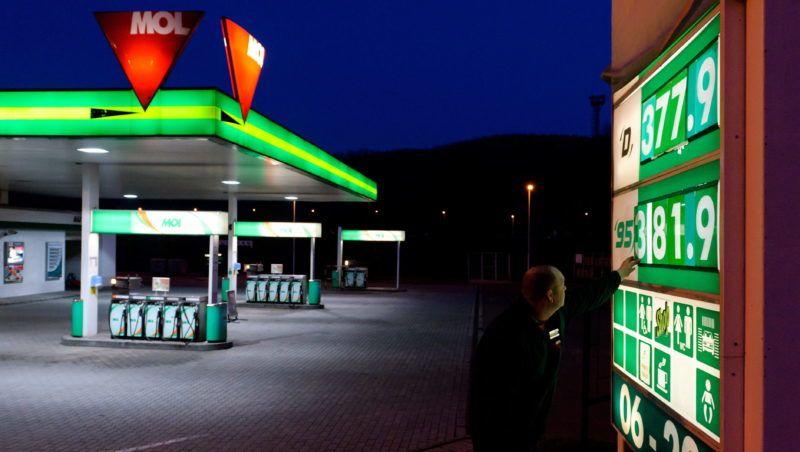 Salgótarján, 2011. április 6. A MOL Nyrt. alkalmazottja cseréli az üzemanyag ártábláját egy salgótarjáni benzinkútnál. Történelmi csúcsra emelkedett a benzinár, bruttó 5 forinttal emelte a 95-ös benzin nagykereskedelmi árát a Mol Nyrt. MTI Fotó: Komka Péter