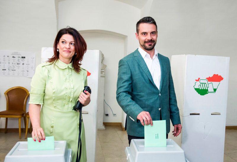 Gyöngyös, 2018. április 8.Vona Gábor, a Jobbik elnöke felesége, Vona-Szabó Krisztina társaságában szavaz a gyöngyösi Pátzay János Katolikus Zeneiskolában az országgyűlési képviselő-választáson 2018. április 8-án.MTI Fotó: Komka Péter