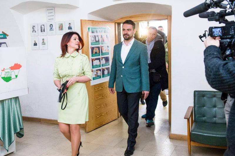 Gyöngyös, 2018. április 8.Vona Gábor, a Jobbik elnöke felesége, Vona-Szabó Krisztina társaságában érkezik a gyöngyösi Pátzay János Katolikus Zeneiskolában kialakított szavazókörbe az országgyűlési képviselő-választáson 2018. április 8-án.MTI Fotó: Komka Péter