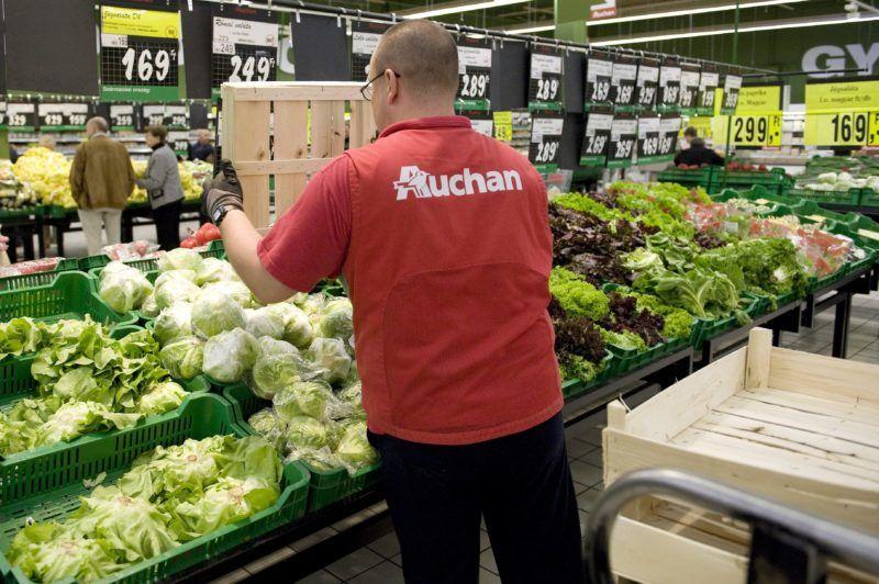 Budaörs, 2012. szeptember 14. Egy árufeltöltõ ládákba rakott jégsalátákat pakol ki az Auchan budaörsi bevásárlóközpontjában 2012. szeptember 14-én. MTI Fotó: Koszticsák Szilárd