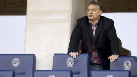 Felcsút, 2015. március 21. Orbán Viktor miniszterelnök nézi az OTP Bank Liga 21. fordulójában játszott Puskás Akadémia - Videoton FC mérkõzést a felcsúti Pancho Arénában 2015. március 21-én. MTI Fotó: Koszticsák Szilárd