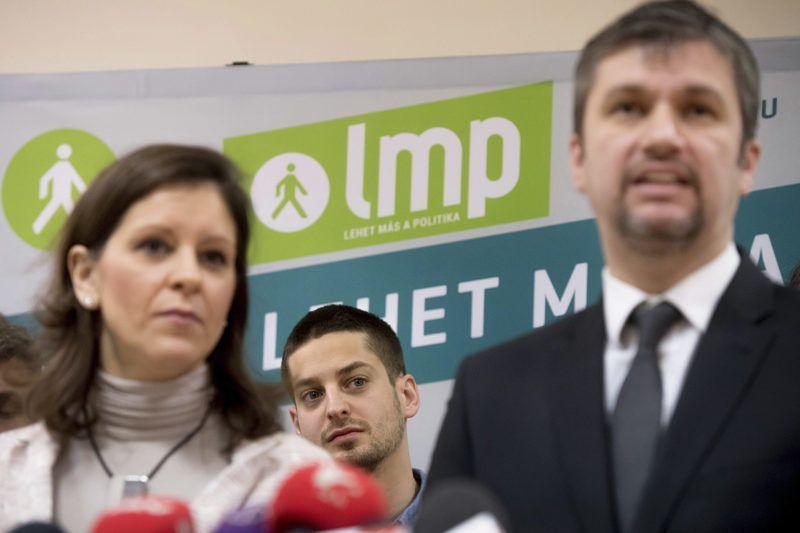 Budapest, 2017. január 15.Hadházy Ákos (j) és Szél Bernadett, az LMP újraválasztott társelnökei sajtótájékoztatót tartanak a párt kongresszusának szünetében a IX. kerületi Lurdy Házban 2017. január 15-én. Mögöttük az új országos elnökség tagja, Ungár Péter II. kerületi önkormányzati képviselő, külpolitikai szakszóvivő.MTI Fotó: Koszticsák Szilárd