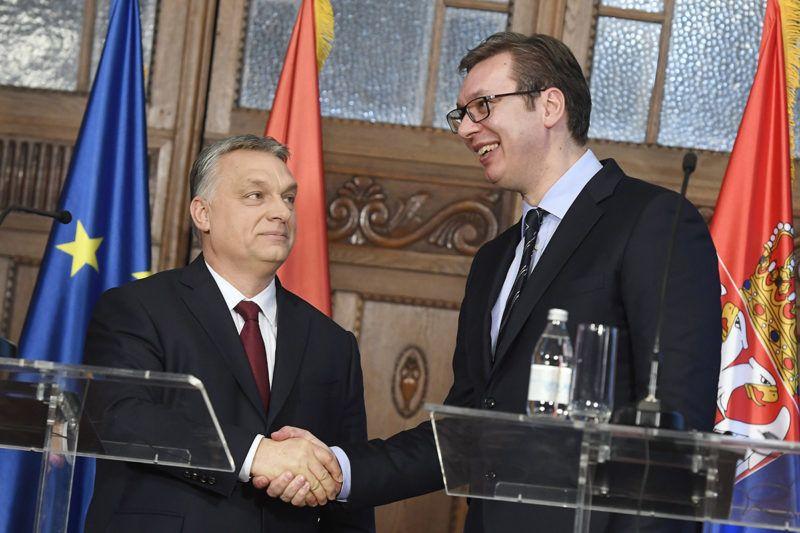 Szabadka, 2018. március 26.Orbán Viktor miniszterelnök (b) és Aleksandar Vucic szerb elnök kezet fog a felújított szabadkai zsinagóga avatása után tartott sajtótájékoztatón 2018. március 26-án.MTI Fotó: Koszticsák Szilárd