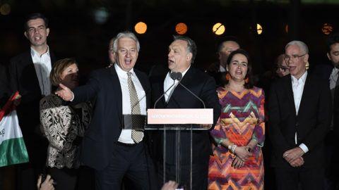 Budapest, 2018. április 8.Orbán Viktor miniszterelnök, a Fidesz elnöke (b4) és Semjén Zsolt nemzetpolitikáért felelős miniszterelnök-helyettes, a Kereszténydemokrata Néppárt (KDNP) elnöke (b3) a Kossuth-nótát énekli a párt választási eredményváró rendezvényén a Bálna Budapest rendezvényközpontban az országgyűlési képviselő-választás napján, 2018. április 8-án. Mellettük Gyürk András, a Fidesz európai parlamenti képviselője (b) Semjénné Menus Gabriella, Semjén Zsolt felesége (b2), Novák Katalin, a Fidesz alelnöke (j2) és Balog Zoltán, az emberi erőforrások minisztere (j).MTI Fotó: Koszticsák Szilárd