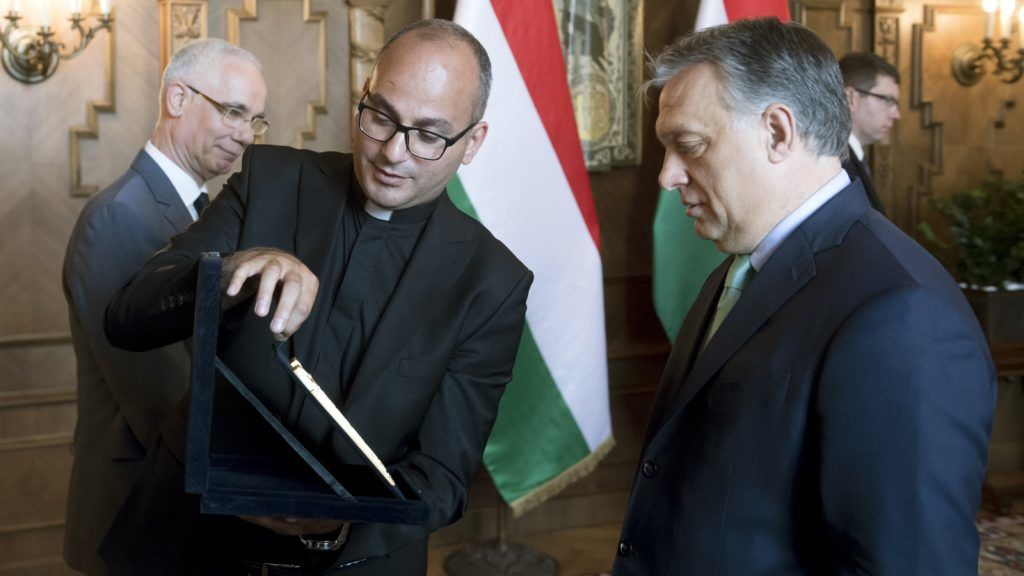 Budapest, 2018. április 27. Orbán Viktor miniszterelnök (j) fogadja Szalár Szuleimán Hurmez Kadzsót, Telszkúf iraki város plébánosát a Parlamentben 2018. április 27-én. Balra Balog Zoltán, az emberi erõforrások minisztere. MTI Fotó: Koszticsák Szilárd