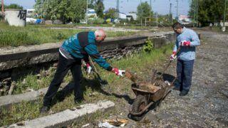 Budapest, 2017. április 21. A MÁV közfoglalkoztatottjai dolgoznak a Föld napja alkalmából a MÁV és a helyi önkormányzat, illetve a Széchenyi Egyesület a MÁV XIV. és XVI. kerületi vasúti területein rendezett közös hulladékgyûjtõ akciójában Rákosszentmihály vasútállomáson 2017. április 21-én. MTI Fotó: Marjai János