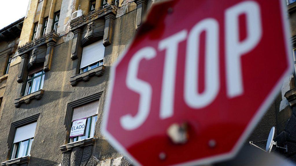 Budapest, 2011. november 28.Eladó lakást hirdető felirat a XIII. kerületi Pannónia utcában. A következő 12 hónapra romlottak az ingatlanpiaci kilátások. A GKI Gazdaságkutató Zrt. októberi budapesti ingatlanpiaci hangulati indexe az előző, júliusihoz képest 10,8 ponttal 92 pontra esett, de 8,2 ponttal magasabb a 2009. júliusi mélyponthoz képest. A lakóingatlanok esetében országosan 1,5 százalékos csökkenést, az iroda tekintetében 0,5 százalékos emelkedést, az üzlethelyiségek esetén 1 százalékos csökkenést prognosztizálnak. A fővárosban az új lakások ára 1,5, a használt lakásoké 2,9, a panellakásoké 3,5-4, a családi házaké pedig 3 százalékkal csökkenhet a várakozások szerint.MTI Fotó: Marjai János