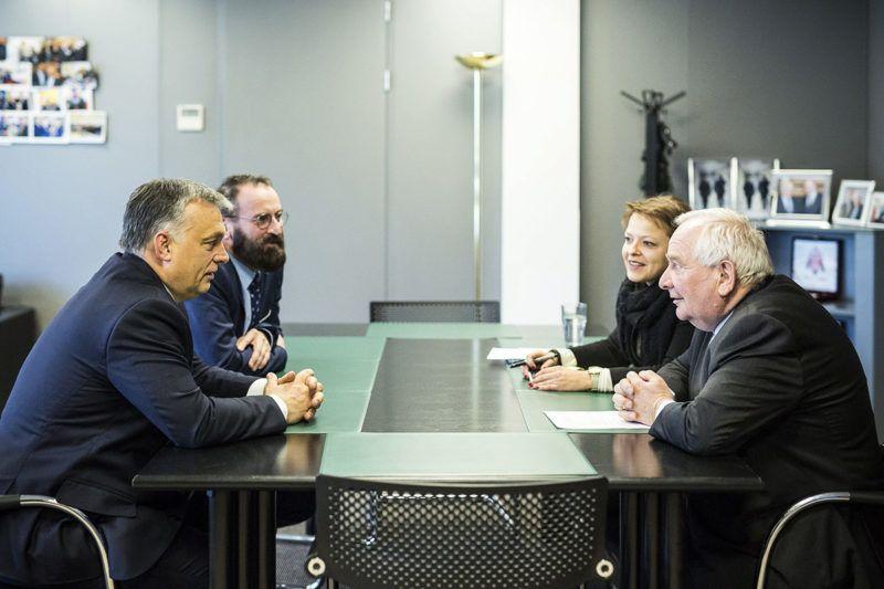 Brüsszel, 2017. január 26.A Miniszterelnöki Sajtóiroda által közreadott képen Orbán Viktor kormányfő (b) és Joseph Daul, az Európai Néppárt (EPP) elnöke (j) megbeszélést folytat az EPP brüsszeli székházában. A miniszterelnök mellett Szájer József fideszes európai parlamenti képviselő.MTI Fotó: Miniszterelnöki Sajtóiroda / Szecsődi Balázs