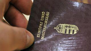 Budapest, 2012. február 28.Új útlevél mintapéldánya a Közigazgatási és Elektronikus Közszolgáltatások Központi Hivatalban (KEK KH) sajtótájékoztatón, ahol bejelentették: 2012. március 1-jétől már nem állítanak ki Magyar Köztársaság feliratú személyi okmányokat, az új alaptörvénynek megfelelően azokon a Magyarország elnevezés szerepel.MTI Fotó: Máthé Zoltán