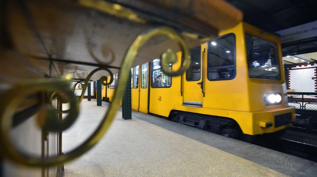 Budapest, 2017. január 17. Szerelvény közlekedik az 1-es metróvonal, a Millenniumi Földalatti Vasút, közismert nevén Kisföldalatti Bajza utcai állomásán 2017. január 17-én. MTI Fotó: Máthé Zoltán